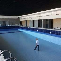 Amenajarea primei biblioteci în stil american, cu piscină și saună, Sub Tâmpa, evaluată la 3,84 milioane de lei