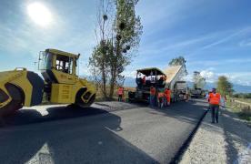 """Cum au evoluat lucrările pe """"drumul de sub munte"""" la un an de la începerea lucrărilor: 7 km finalizați în întregime și 25 de podețe refăcute"""