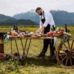 """Un bucătar brașovean a lansat în pandemie conceptul de """"private chef""""/ """"Am fost alături de prim-ministrul Republicii Moldova şi de proprietarul Purcari timp de două săptămâni în Grecia, unde le-am gătit mic dejun, prânz şi cină"""""""