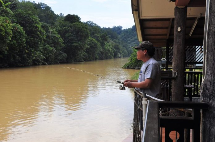 Yusof demonstrating his angling skills_0001