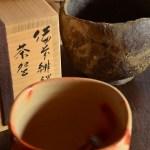 見ごたえのある黒と緋の茶盌