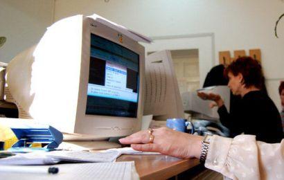 Studiu: Românii muncesc mult și sunt plătiți prost