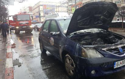 Foto  O mașină a luat foc în centrul orașului