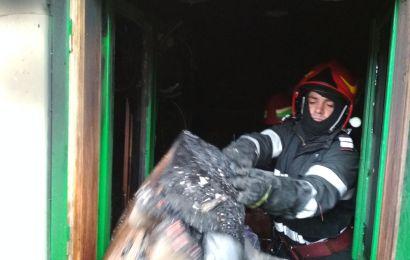 Incendiu la Romanești. O femeie a ajuns la spital