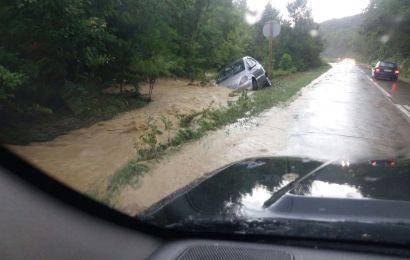 Drum national inundat. O masina a fost luata de ape