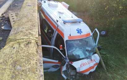 Ambulanță răsturnată în Gorj! Șoferul, grav rănit!