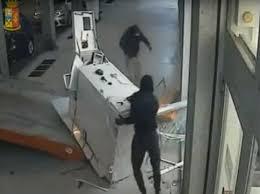 Au furat zeci de mii de euro și s-au făcut nevăzuți!