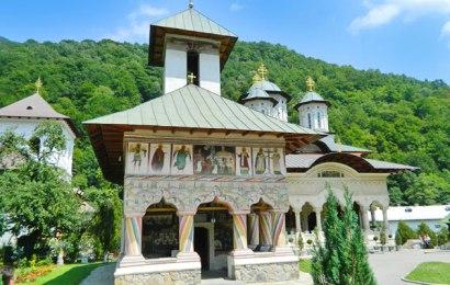 Starețul unei Mănăstiri din Gorj, infectat cu COVID! Este transportat la București