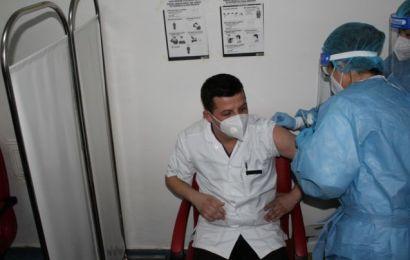 Sute de gorjeni s-au vaccinat anti-COVID. Un deces raportat