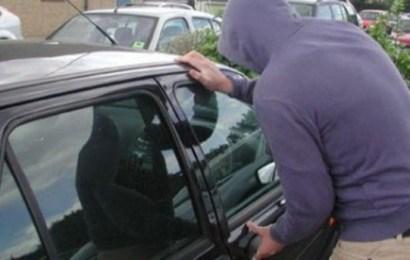A parcat mașina și i-a fost furată