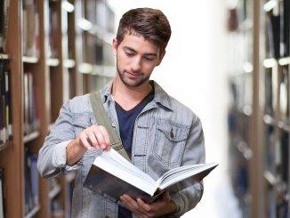 Student la bibliotecă. FOTO geralt