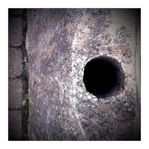 Ett hål, betonggris,