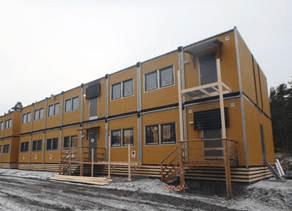 Jernbaneverkets arbeidsrigg er utvidet med en etasje (AF Gruppens arbeidsrigg skimtes til venstre i bildet). (foto: Jernbaneverket)