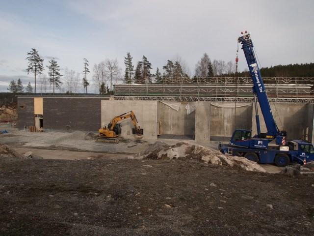 Fasaden til transformatorstasjonen tar form. (foto: Sven Brun)