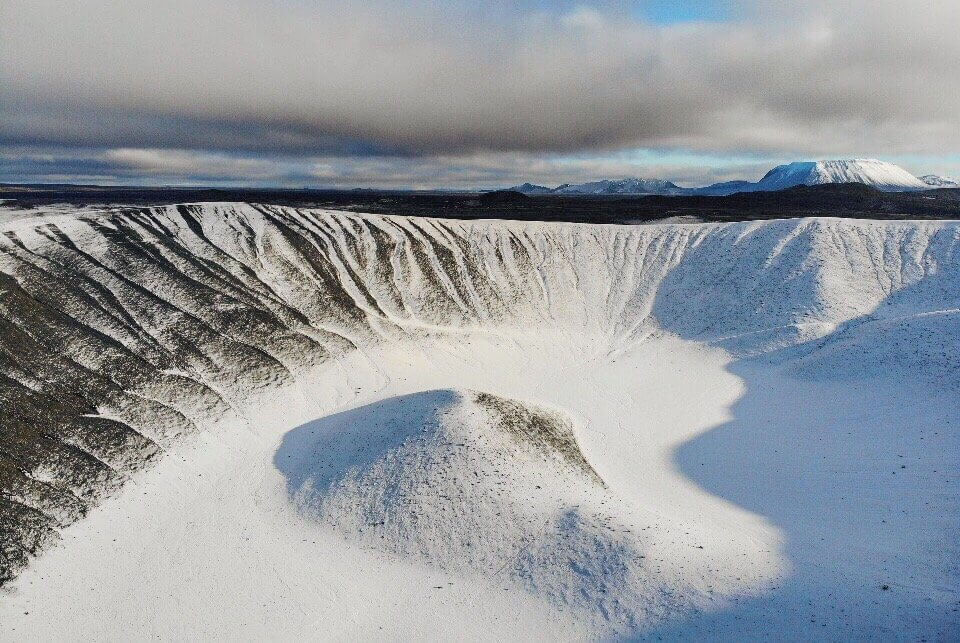 "Hverfjall"" width=""960"" height=""643"" srcset=""https://i0.wp.com/www.blackdotswhitespots.com/bdws/wp-content/uploads/2019/11/Hverfjall-Myvatn-Island-Sehensquerdigkeiten.jpg?w=1160&ssl=1 960w, https://www.blackdotswhitespots.com/bdws/wp-content/uploads/2019/11/Hverfjall-Myvatn-Island-Sehensquerdigkeiten-500x335.jpg 500w, https://www.blackdotswhitespots.com/bdws/wp-content/uploads/2019/11/Hverfjall-Myvatn-Island-Sehensquerdigkeiten-768x514.jpg 768w, https://www.blackdotswhitespots.com/bdws/wp-content/uploads/2019/11/Hverfjall-Myvatn-Island-Sehensquerdigkeiten-300x201.jpg 300w, https://www.blackdotswhitespots.com/bdws/wp-content/uploads/2019/11/Hverfjall-Myvatn-Island-Sehensquerdigkeiten-330x221.jpg 330w, https://www.blackdotswhitespots.com/bdws/wp-content/uploads/2019/11/Hverfjall-Myvatn-Island-Sehensquerdigkeiten-296x197.jpg 296w, https://www.blackdotswhitespots.com/bdws/wp-content/uploads/2019/11/Hverfjall-Myvatn-Island-Sehensquerdigkeiten-690x462.jpg 690w, https://www.blackdotswhitespots.com/bdws/wp-content/uploads/2019/11/Hverfjall-Myvatn-Island-Sehensquerdigkeiten-866x580.jpg 866w"" sizes=""(max-width: 960px) 100vw, 960px""/></p data-recalc-dims="