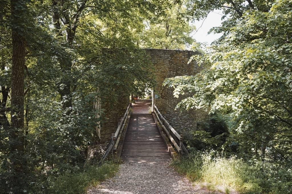 Wandel door de ruïnes van de Rauber Albsteig
