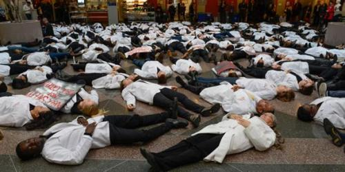Students & faculty from the #HarvardMed community stage 'die-in' to protest racism & violence (Courtesy of Harvard Medical School's Twitter account)