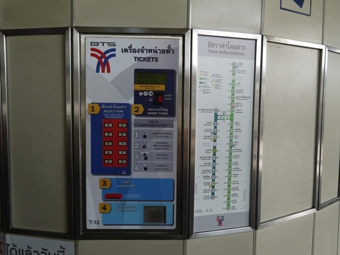 Mesin tiket di stasiun Surasak, Thailand
