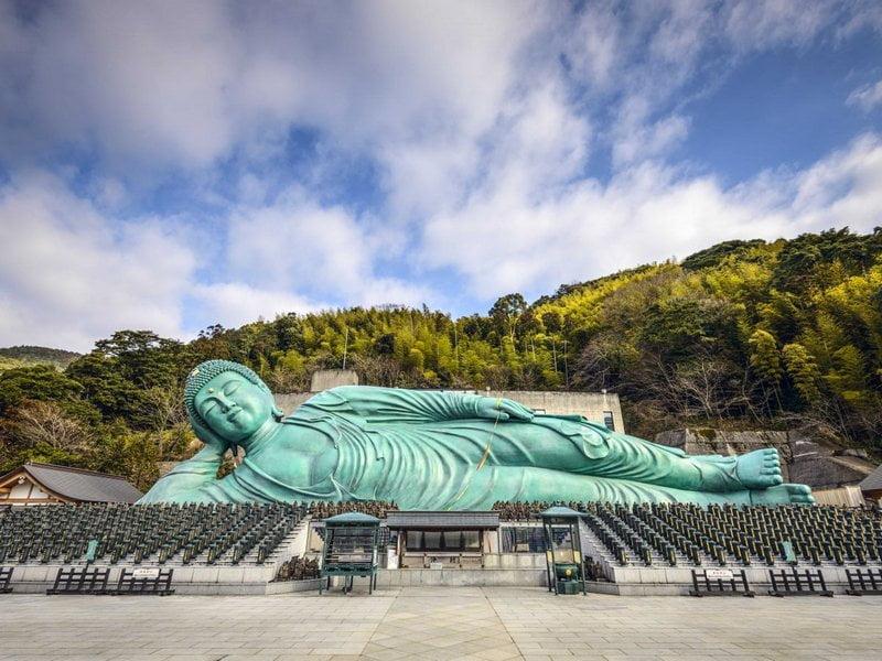 patung raksasa budha berbaring di fukuoka, jepang