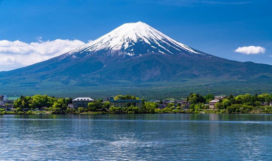 danau kawaguchi dengan latar belakang gunung fuji, jepang