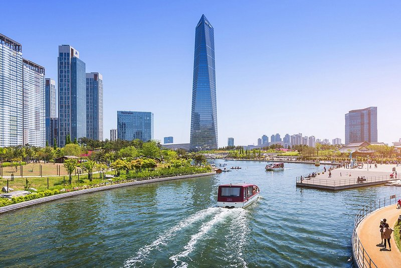 gedung tinggi dan sungai yang melintasi kota incheon , korea selatan