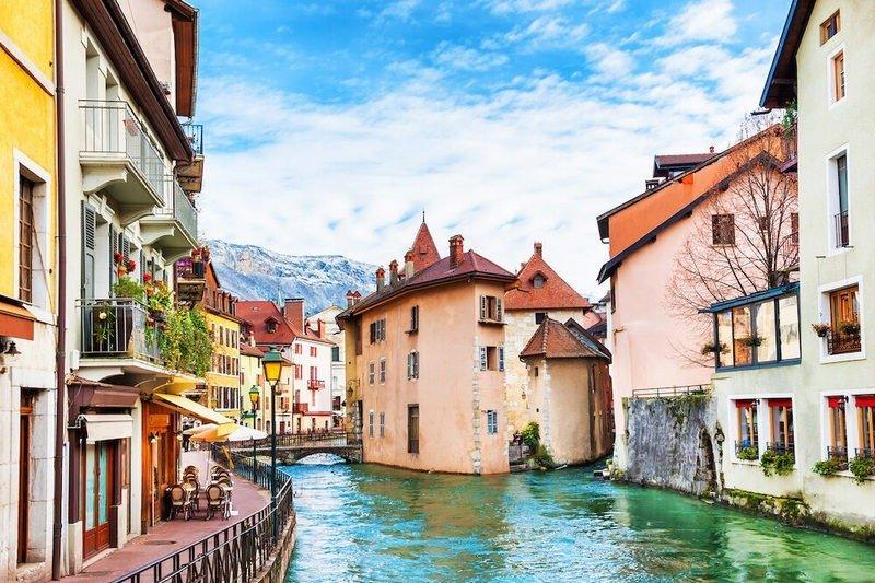 kota tua dengan bangunan abad pertengahan sepanjang kanal di annecy, prancis.