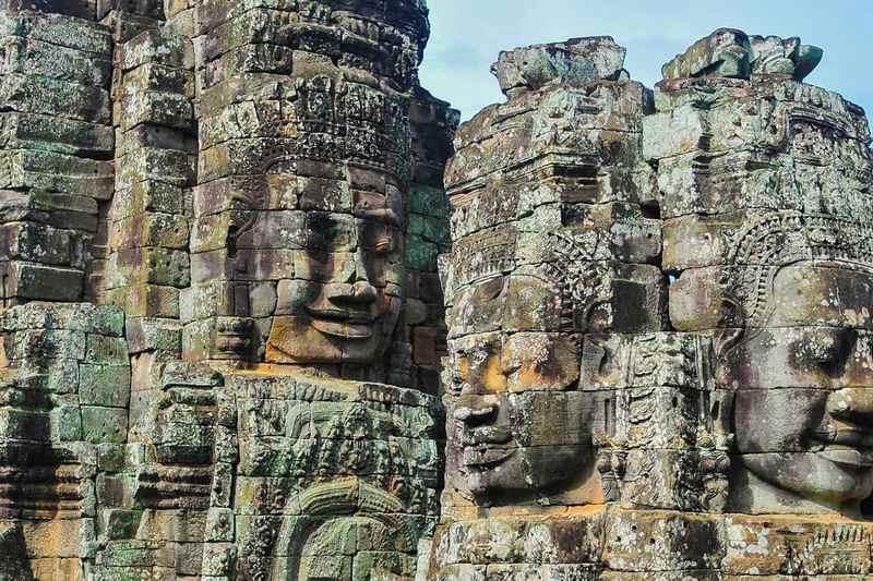 patung wajah besar di kuil bayon, kamboja