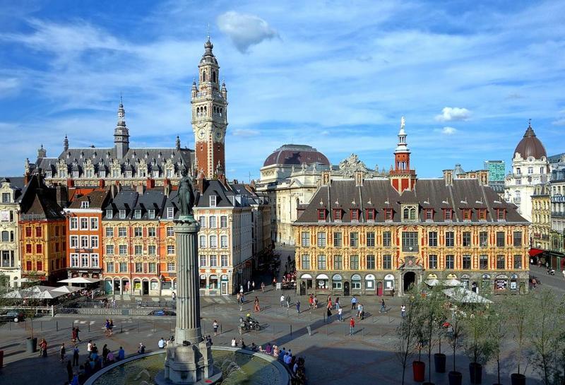 alun-alun dengan tugu dan bangunan kuno di kota lille, perancis