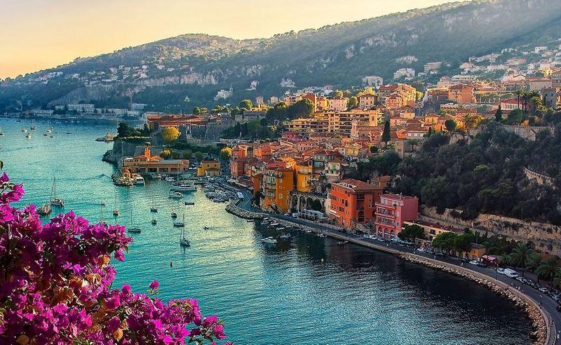kapal-kapal dan pemandangan tepi laut kota nice, perancis