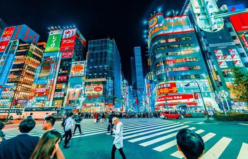 neon signs dan suasana malam hari di kota tokyo, jepang