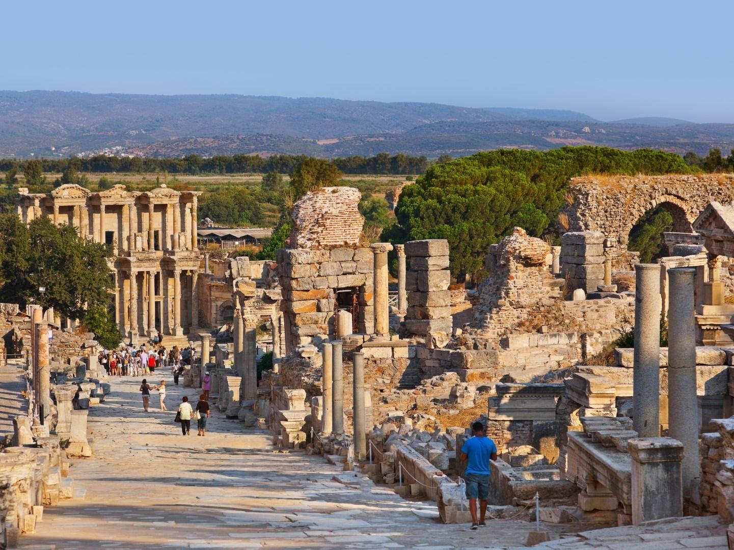 reruntuhan kuil kuno di kota ephesus, turki