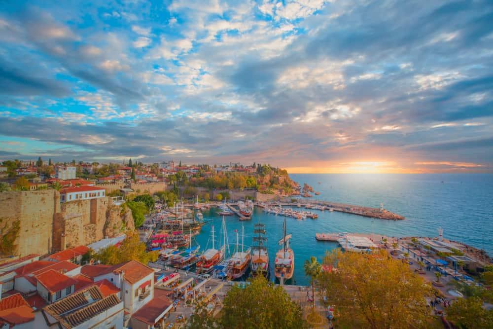 pemandangan tepi laut dan dermaga di kota antalya, turki