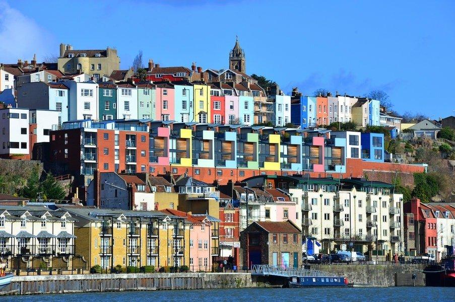 rumah bertingkat bercat warna-warni di tepi laut kota bristol, inggris