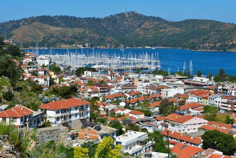 pemandangan dermaga dan tepi laut di kota fethiye, turki