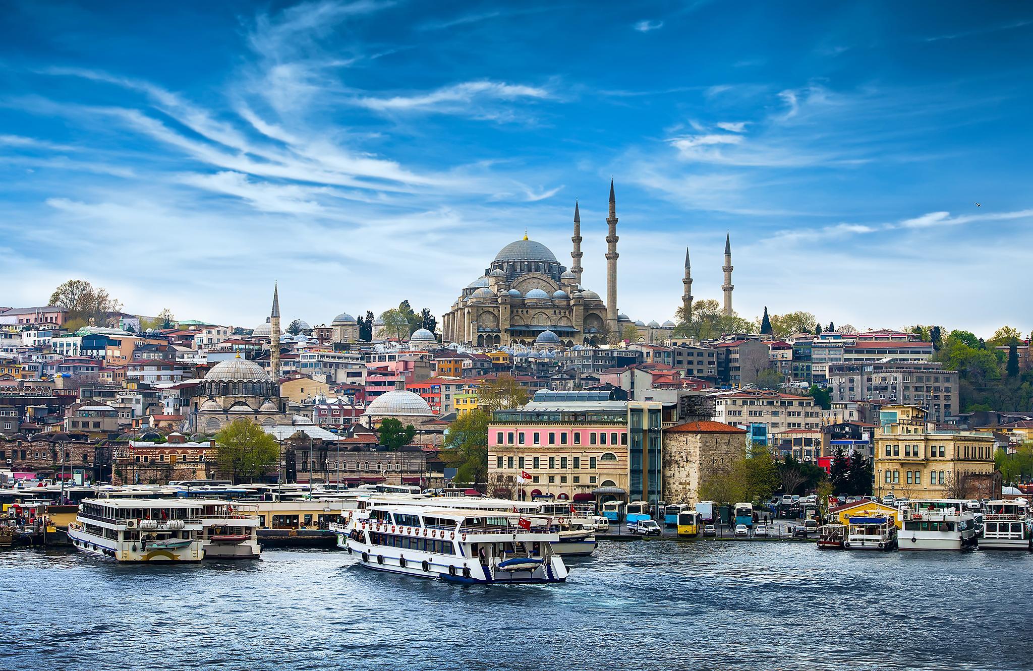 blue mosque dan kapal yang sedang berlayar di selat bosphorus, turki