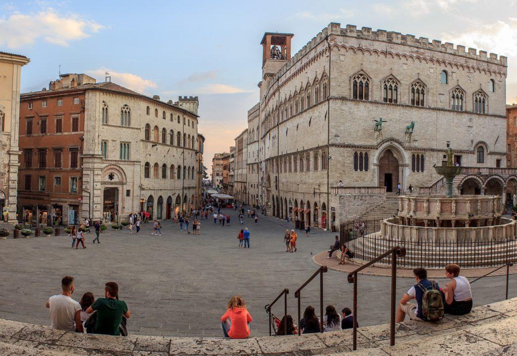 suasana di alun-alun tengah kota perugia, italia