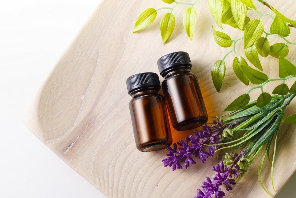 dua botol essential oil terbaik tergeletak di atas meja