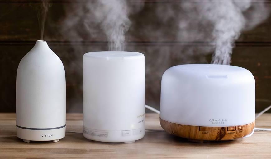tiga jenis essential oil diffuser berwarna putih
