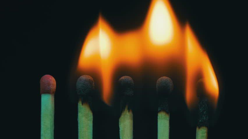 lima batang korek api sedang menyala