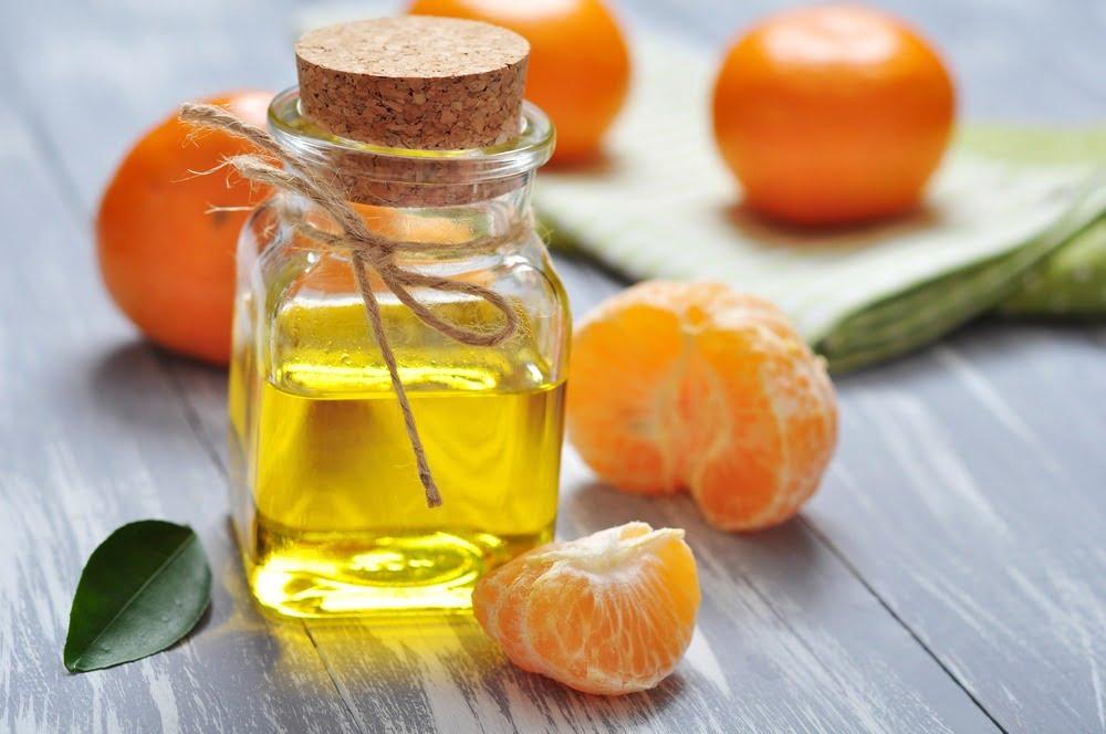 jeruk mandarin dan sebotol mandarin essential oil