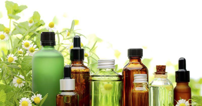 deretan botol berbagai jenis essential oil (minyak atsiri)