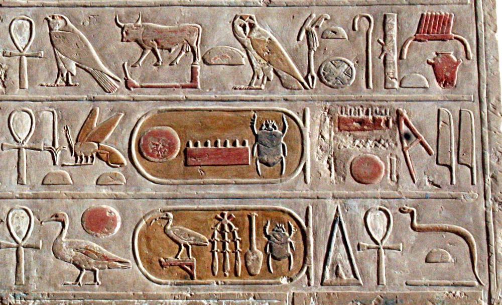 ukiran hieroglif mesir kuno pada dinding