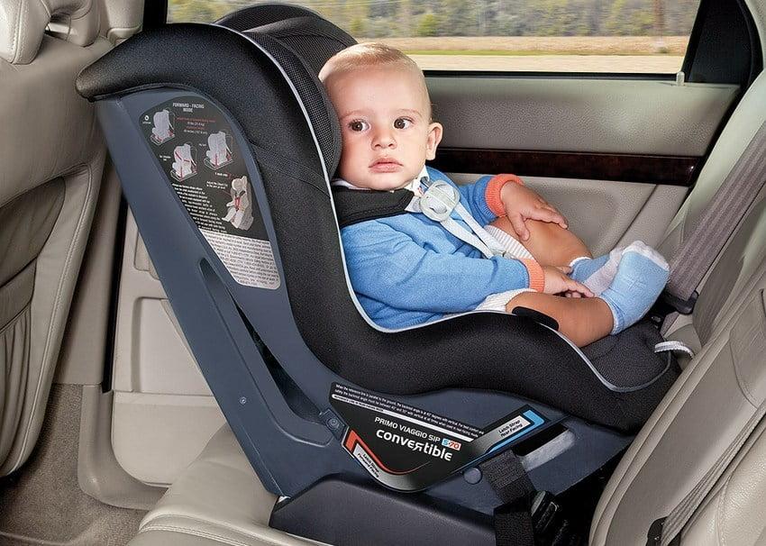 bayi laki-laki sedang duduk di car seat
