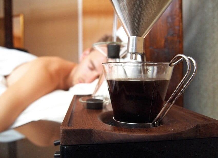 secangkir kopi hangat disajikan di pagi hari