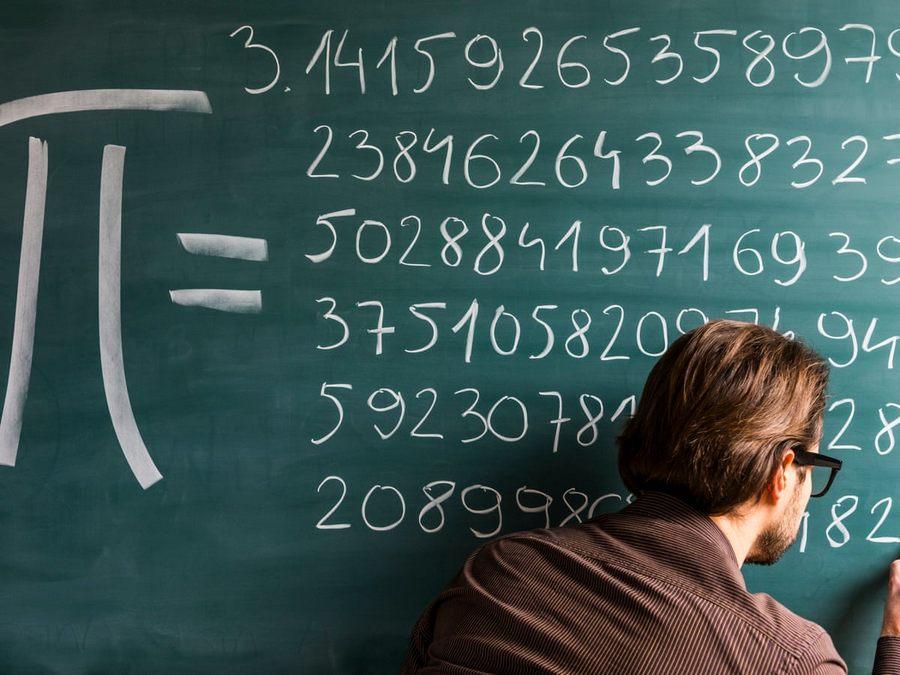 guru menulis pi di papan tulis