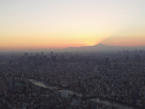 Tokyo Landing 1 (www.blairthomson.com)