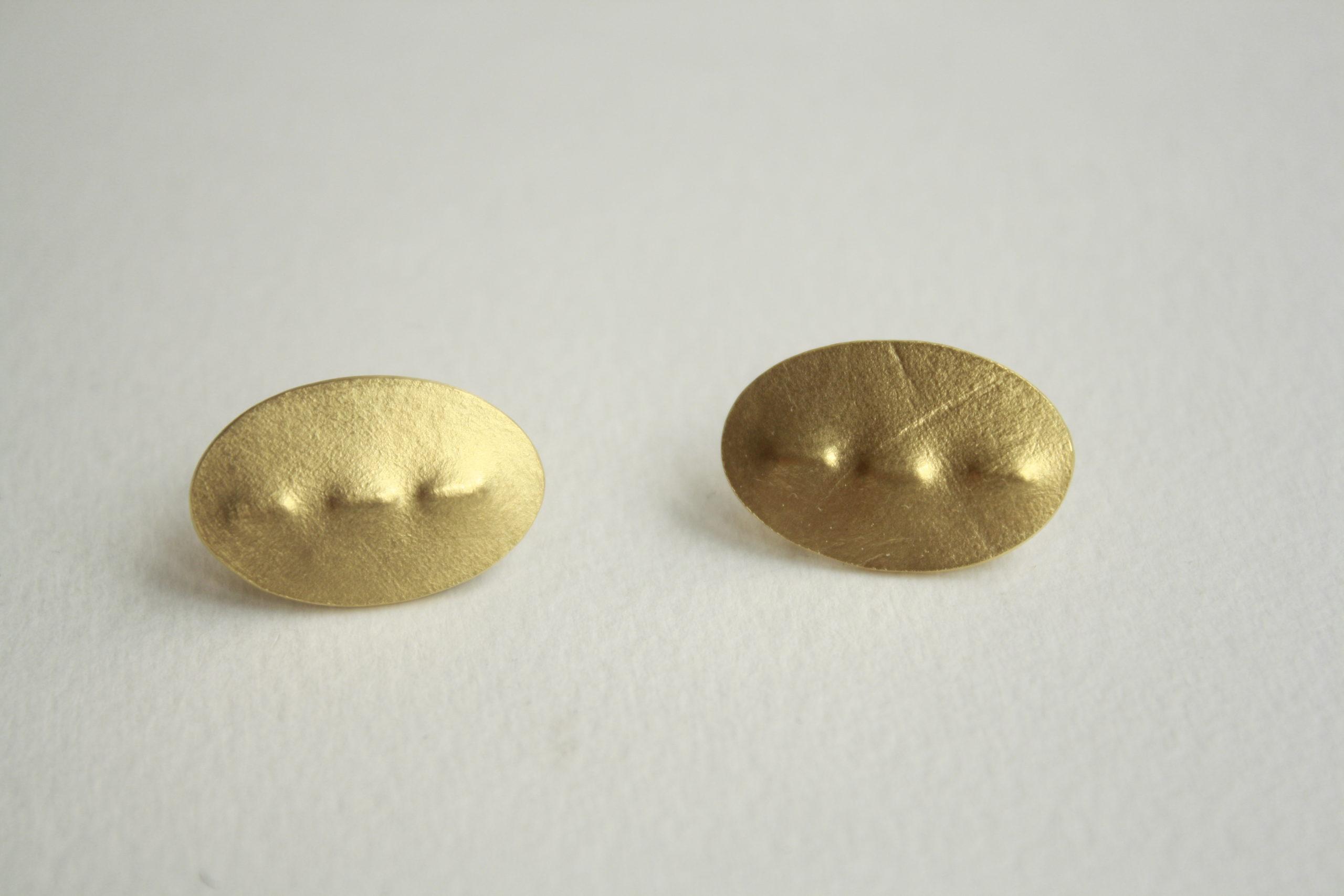 Pendientes elegantes de plata dorados con textura