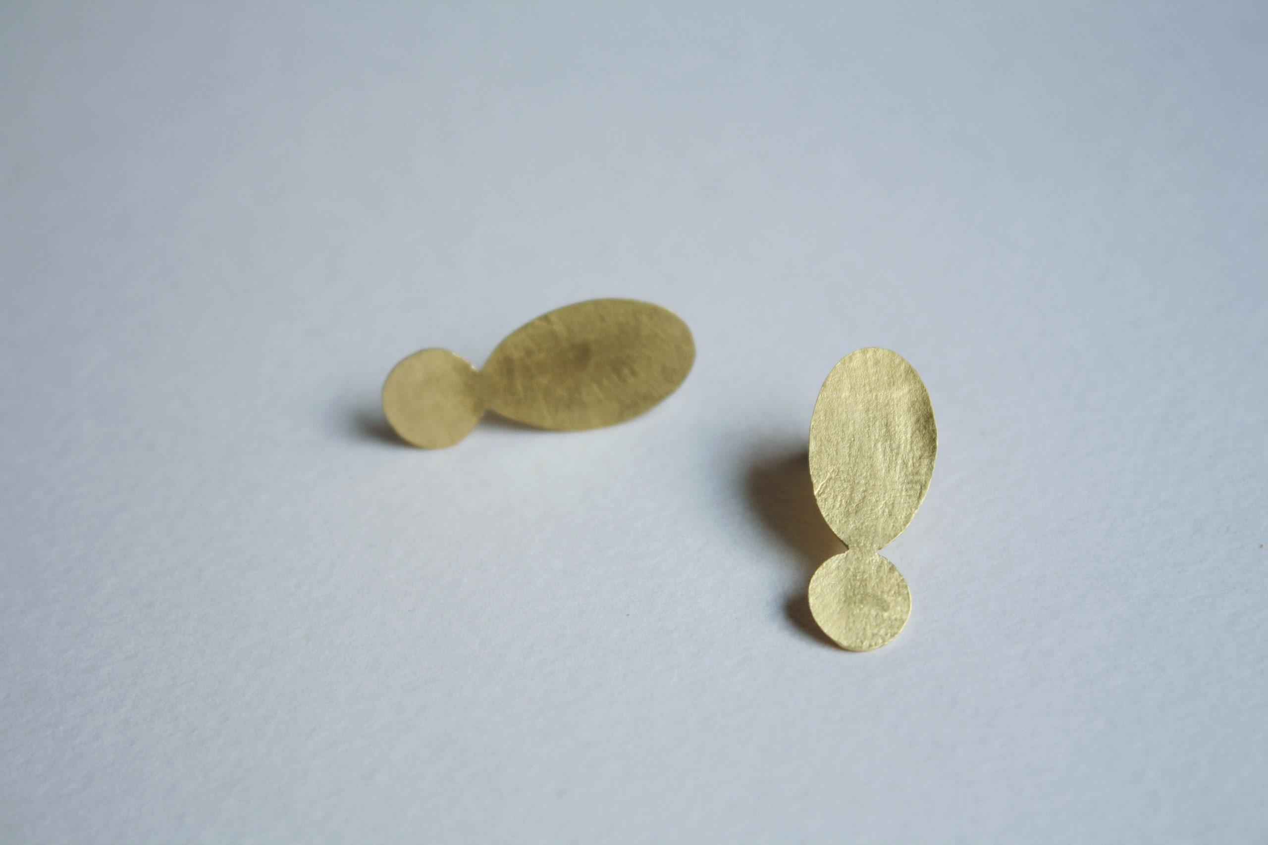 Pendientes de botón dorados con textura