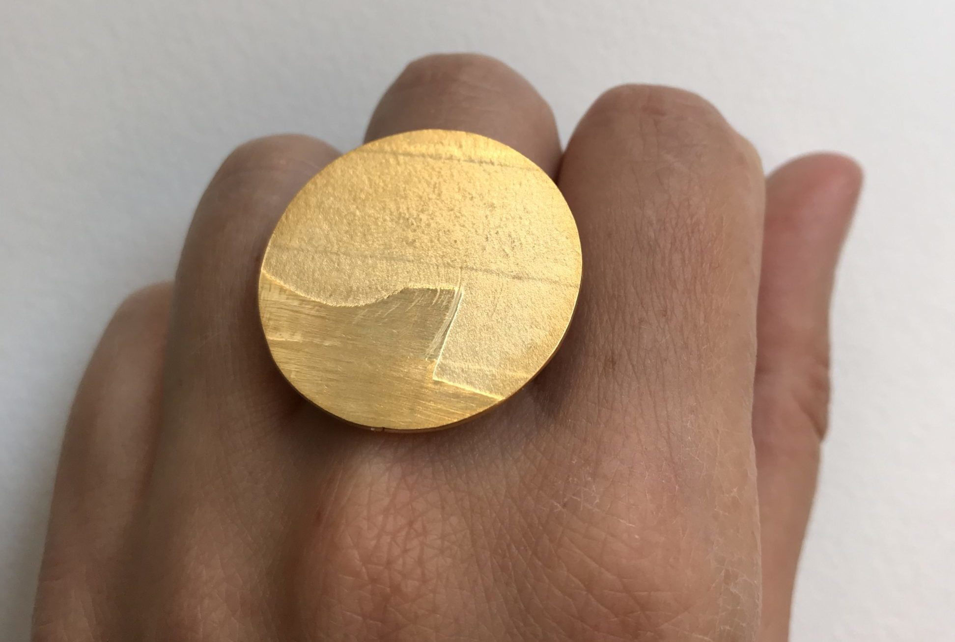 Anillo círculo grande dorado