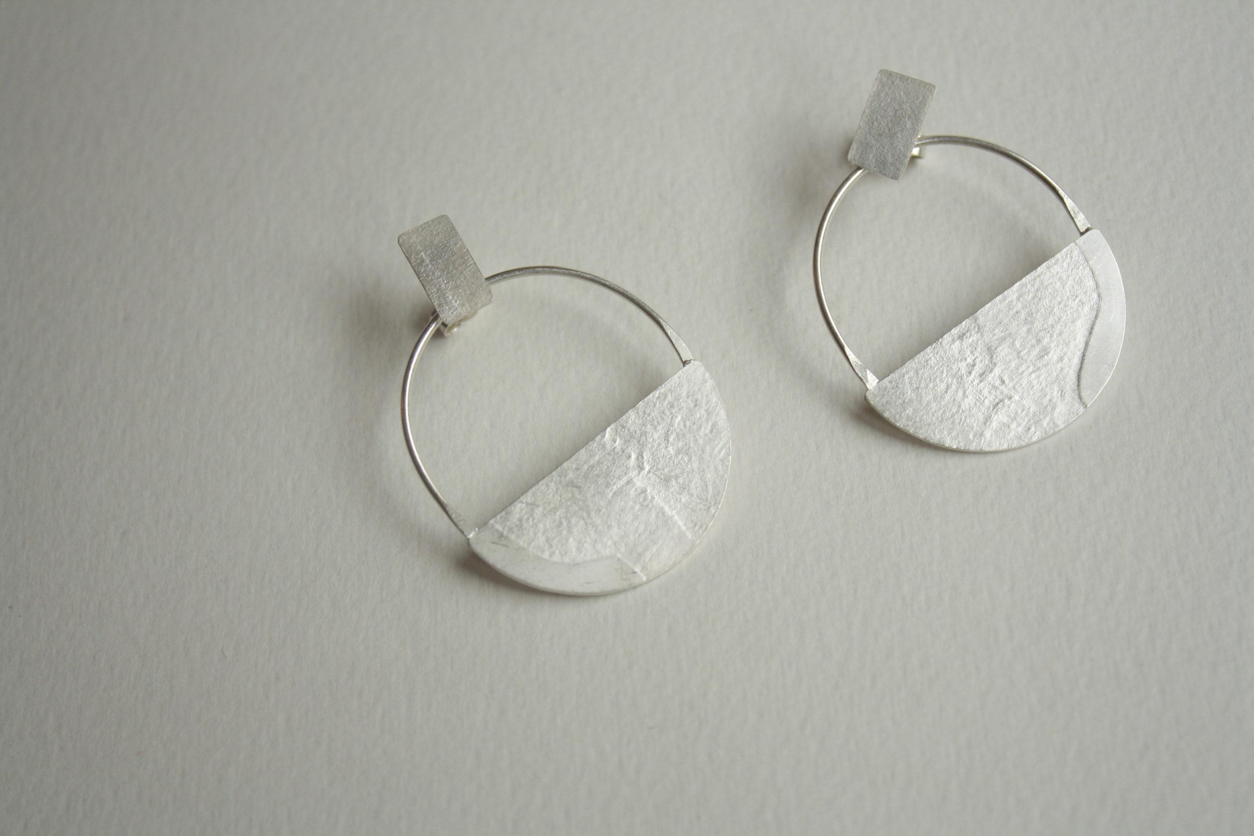 Pendientes semicírculos de plata con textura